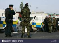 psni-officers-and-british-army-soldiers-at-psni-landrovers-on-crumlin-AP1ND1